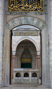 The entrance to Süleymaniye Mosque lines up perfectly.